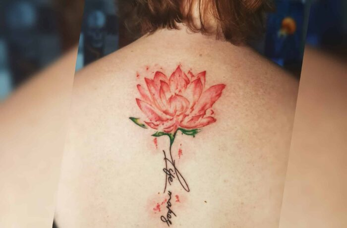 Rote Blume Schrift Lettering Tattoo
